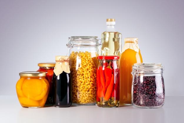 Vários vegetais enlatados, carne, peixe e frutas