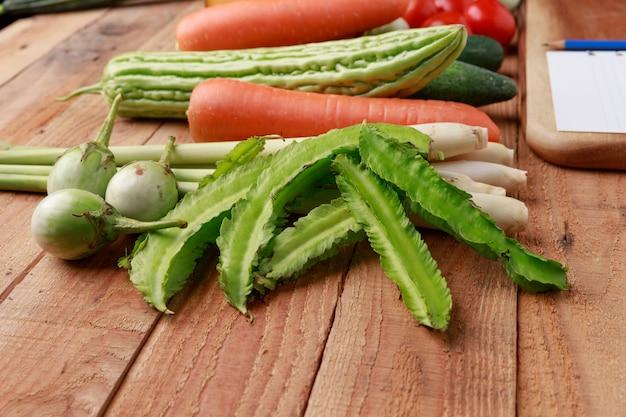 Vários vegetais, especiarias e ingredientes