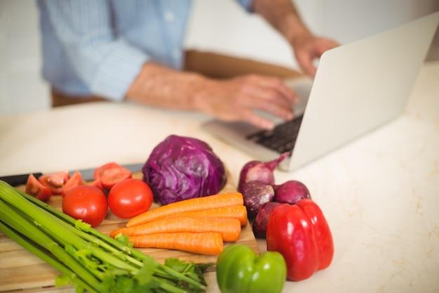 Vários vegetais na bancada da cozinha
