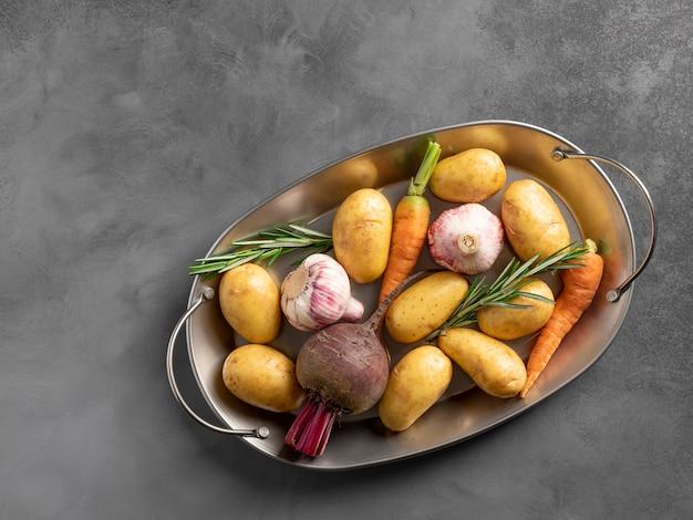 Vários vegetais orgânicos em um prato de metal