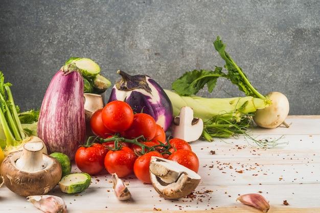 Vários vegetais saudáveis na superfície de madeira
