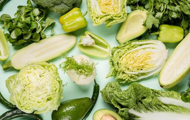 Vários vegetais verdes cortados em pedaços