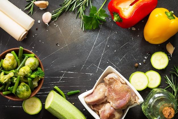 Vários vegetais verdes de verão, queijo feta e carne de peru marinada