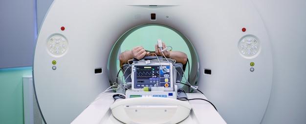 Varredura de ressonância magnética com paciente durante o procedimento
