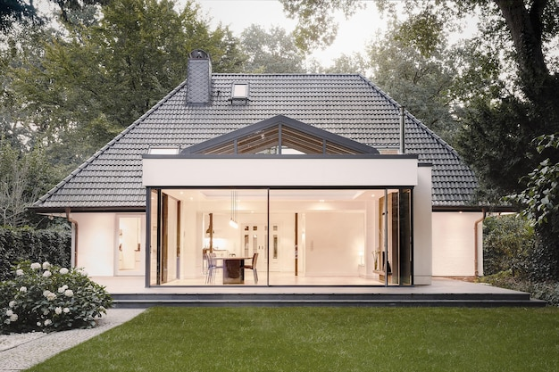 Varsóvia, polônia - 7 de agosto de 2018: modern villa villa exterior no jardim