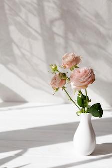 Vaso alto ângulo com flores