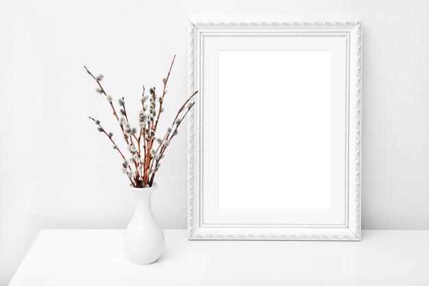 Vaso branco e moldura com espaço de cópia em uma mesa branca