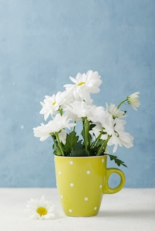 Vaso colorido com buquê de flores