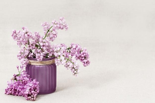 Vaso com buquê de flores lilás