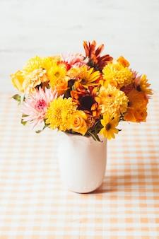 Vaso com flores na mesa de uma cozinha