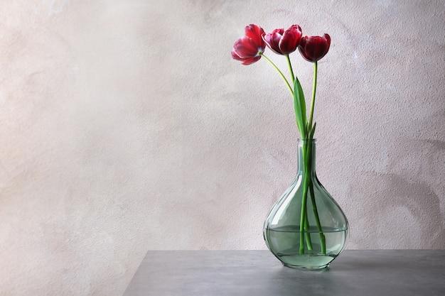 Vaso com lindas tulipas na mesa
