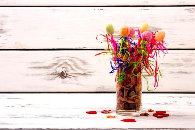 Vaso com potpourri e balas, doces e pétalas de rosa secas, cozinha criativa e servindo ...