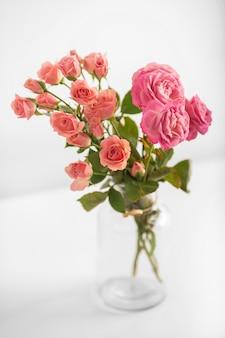 Vaso com rosas na mesa