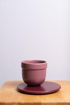 Vaso de barro vazio e bonito na mesa de madeira