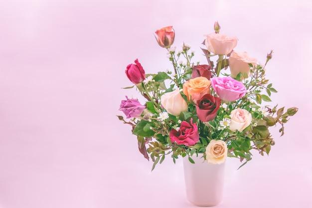 Vaso de buquê de rosas em branco backgroundfor dia dos namorados