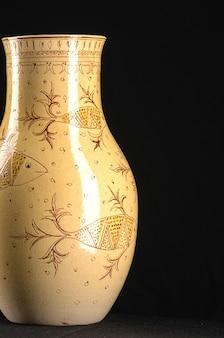 Vaso de cerâmica antigo oriental em um plano de fundo preto