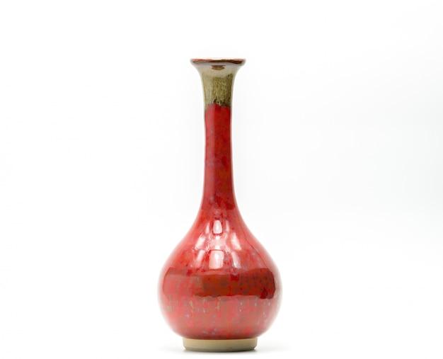 Vaso de cerâmica moderna com belos padrões isolado no fundo branco
