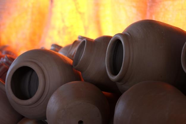 Vaso de cerâmica queimando em forno