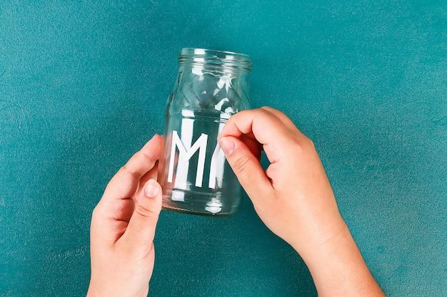 Vaso de dia das mães diy com texto de um frasco de vidro, tinta rosa, brilho de brilhos, estrelas, uma fita de ouro