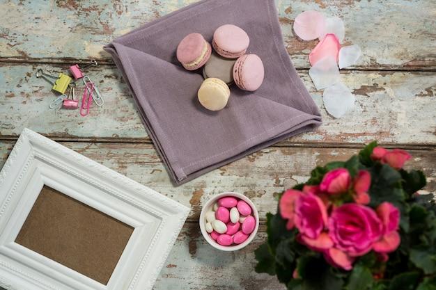 Vaso de flores, biscoitos, doces e moldura