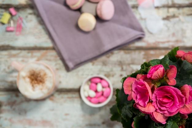 Vaso de flores, biscoitos e xícara de café