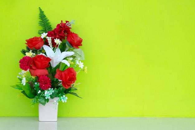 Vaso de flores com fundo verde