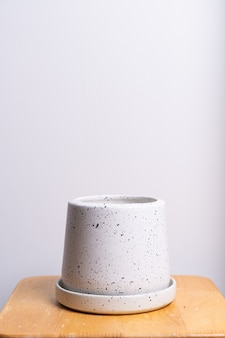 Vaso de flores de barro lindo vazio na mesa de madeira