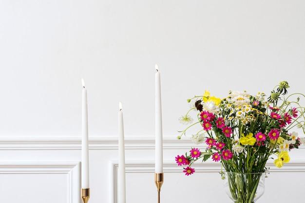 Vaso de flores e candelabro em uma sala estética boho chic moderna