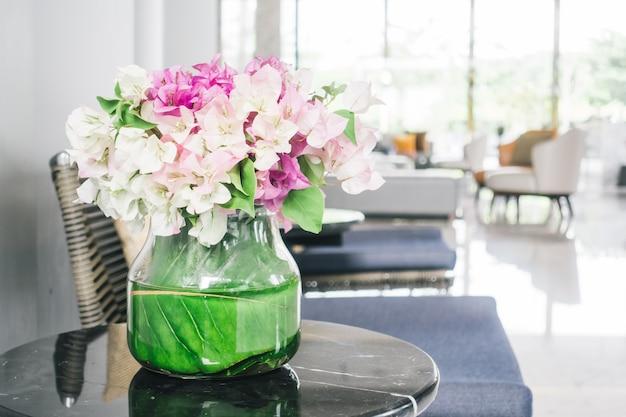 Vaso de flores na mesa
