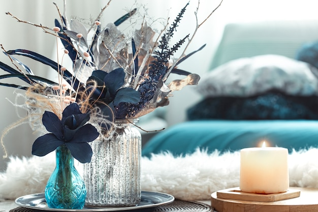 Vaso de natureza morta com flores artificiais na sala de estar.