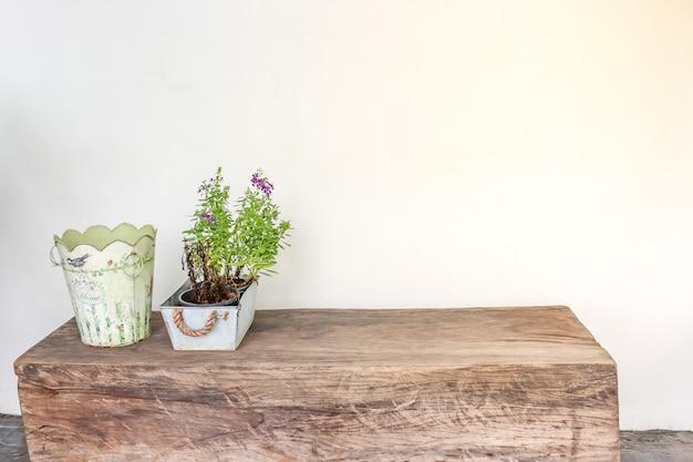 Vaso de planta e a cesta na mesa de madeira