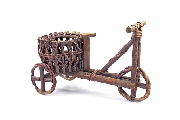 Vaso de planta feito de madeira marrom escura em estilo vintage em forma de bicicleta isolado no fundo branco