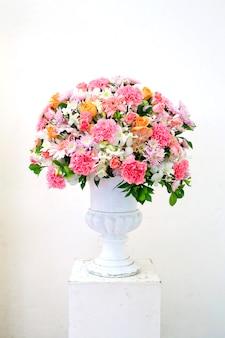 Vaso de vidro com flores, um ornamento bonito em um casamento