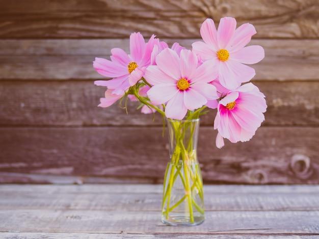 Vaso de vidro com um buquê de flores frágeis delicadas rosa