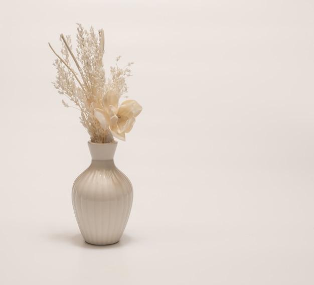 Vaso delicado com flor de palha seca