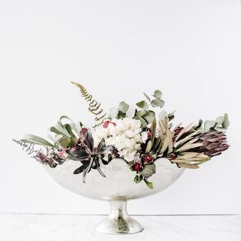 Vaso dourado vintage com buquê de flores secas