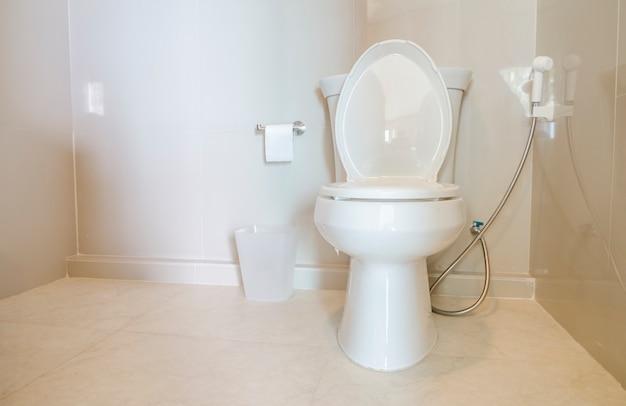 Vaso sanitário branco em um banheiro