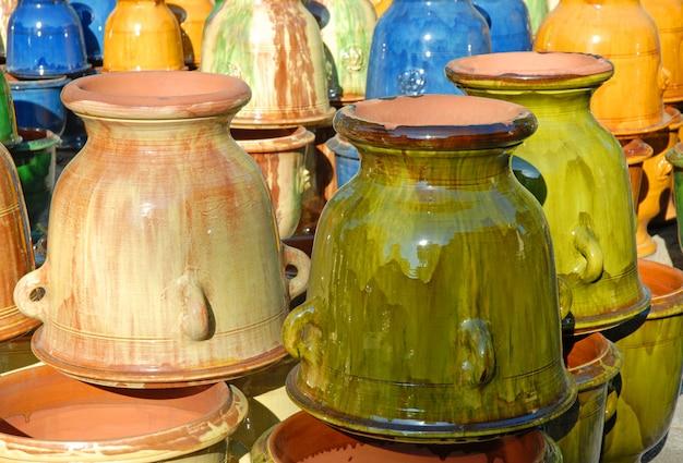 Vasos de barro colorido