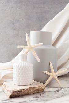 Vasos de cerâmica com estrela do mar