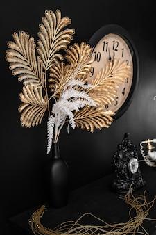 Vasos de design de interiores com flores e velas de relógio e telefone antigo retro vintage na prateleira da lareira. imagem de interior vintage no velho estilo retro
