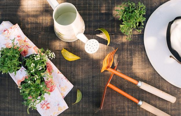 Vasos de flores compostos com ferramentas