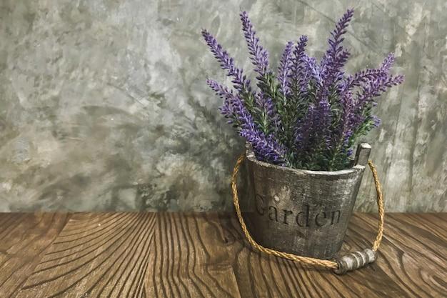 Vasos de flores na mesa de madeira