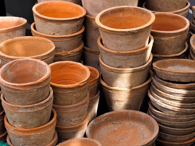 Vasos de flores vazios de cerâmica marrom, pilha de pote de árvore natural feito de barro