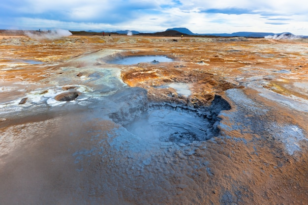 Vasos de lama quente na área geotérmica hverir, islândia