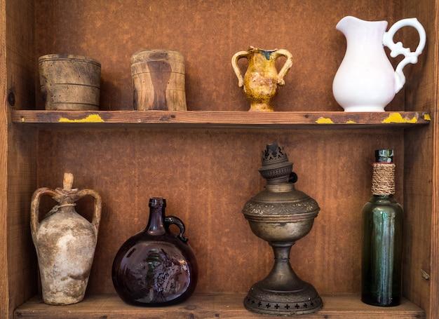 Vasos de terracota siciliana antiga e outros objetos