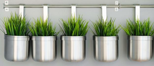 Vasos decorativos de metal e vasos de flores
