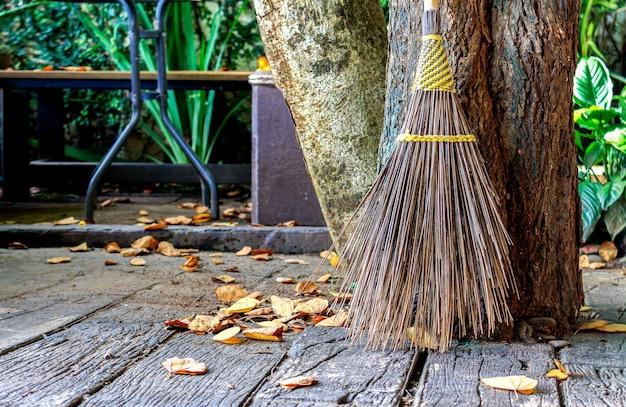 Vassoura closeup feita a partir de folhas de coco no chão de cimento