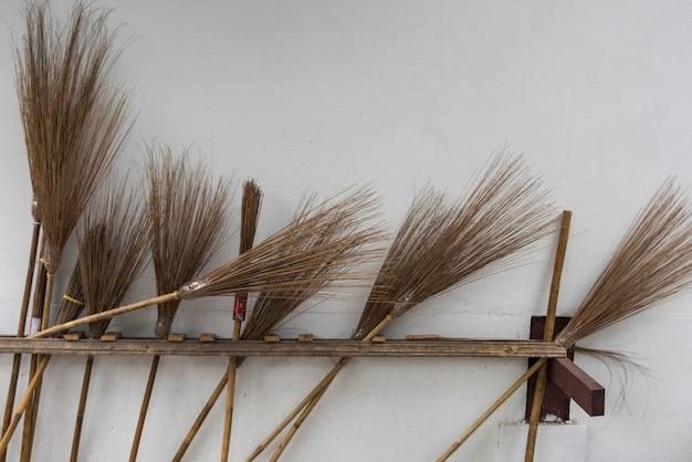 Vassouras contra a parede do templo, luang prabang, laos