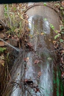 Vazamento de água de pontos de solda danificados em uma tubulação de uma pequena usina hidrelétrica