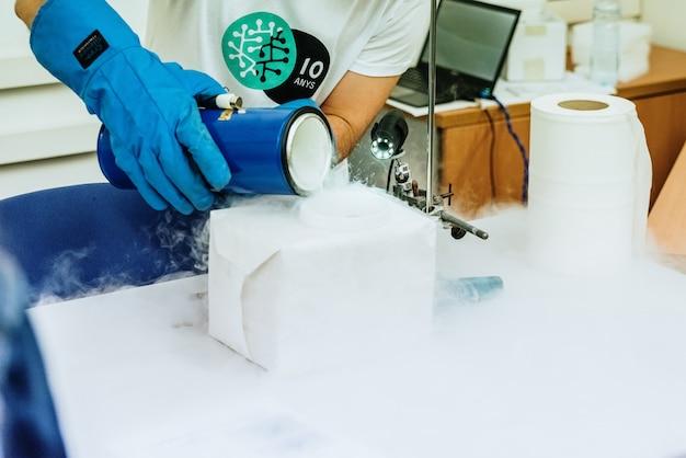 Vazamento de nitrogênio líquido com luva protetora.